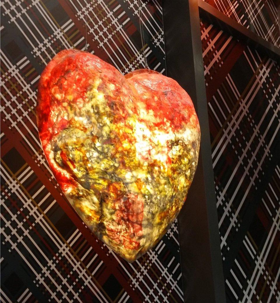 Das Herz symbolisiert das Element Feuer und hängt mehrmals im Treppenaufgang der Lobby