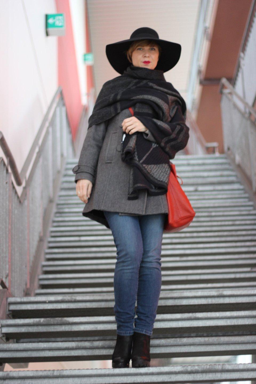 Conny mit Hut, Mantel, Highwaist-Jeans, rote Tasche, Capeschal
