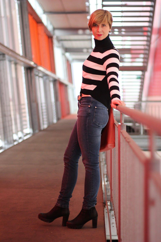 Schwarz-weiße Blockstreifen, High Waist Jeans und Kurzpullover