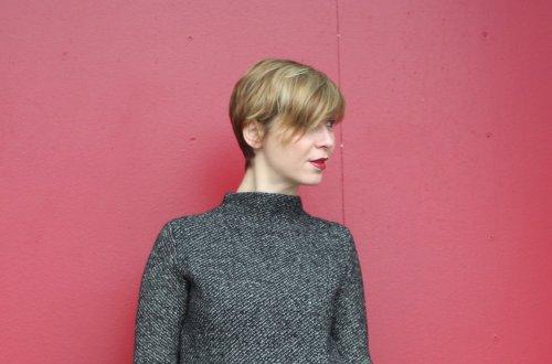 Beitragsbild - Conny vor einer roten Wand