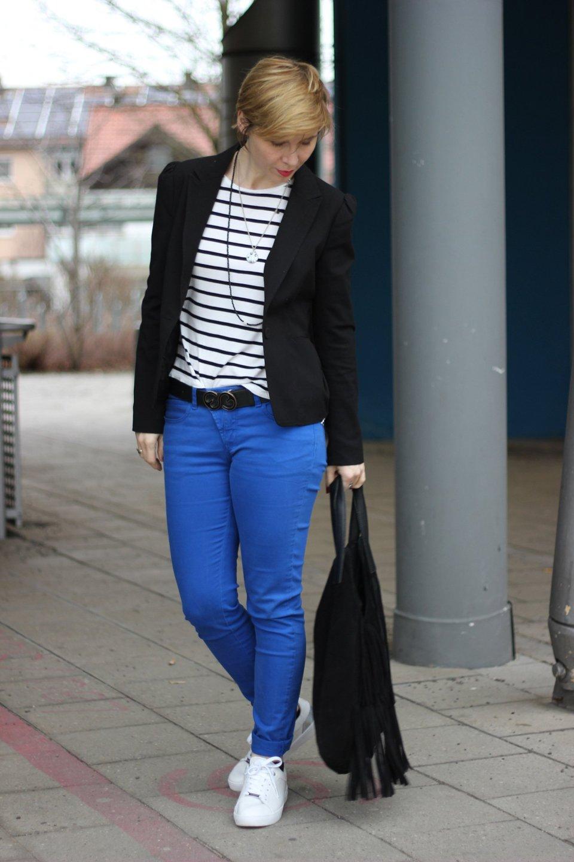 Hose in Königsblau mit Streifenshirt, Blazer und Fransentasche