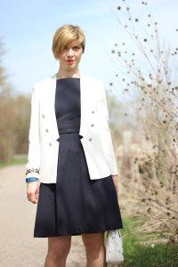 dunkelblaues Kleid, weißer Blazer, Hilfiger pumps, Kommunion, Styling