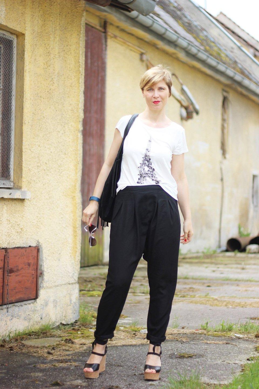 Harmeshose, Lebenslust, Parisshirt, Lederjacke, Wedges, Conny Doll, Eiffelturmshirt, schwarz-weiß, black and white,