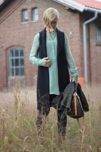Fakelederhose, BossOrange, Seidenbluse, Dorothee Schumacher, Conny Doll, grün, schwarz, Fashionblog, Outfitblog, 40plus