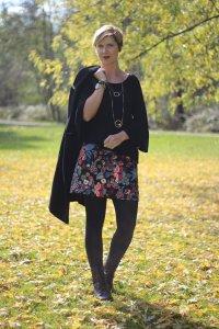 Blumenrock, lange Weste, Mango, Bluse, Boots, Herbstlook, Fransentasche