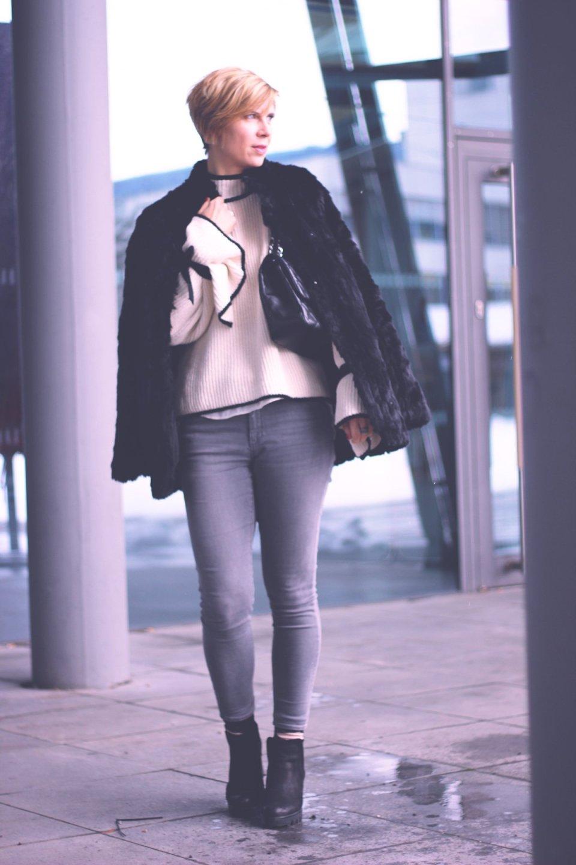 Schleifen und Trompetenärmel, Mango, Only, Jeans, grau, schwarz und weiß, black and white, fake fur, felmini boot, blockabsatz, chanel, flapbag,