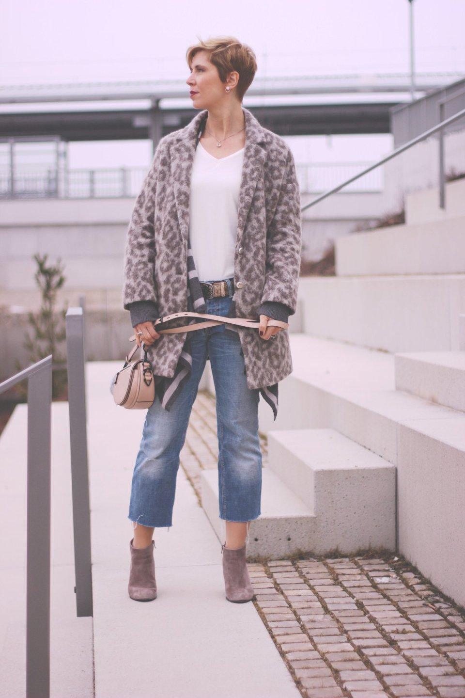 Schleifendetails, Showroom, Conny Doll, Leomantel, cropped jeans, Weste, Shirt, Kennel&Schmenger, 40plusBlog, Outfitblogger, munichblogger