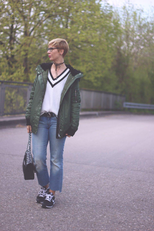 Winterjacke im Frühling, casual, schwarz-weiß, black und heute, sneaker
