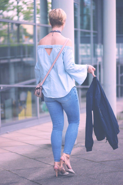 schulterfreie Statementärmel, Jeans, Denim, Slingbackpumps, Look für einen kühlen Sommerabend, Choker