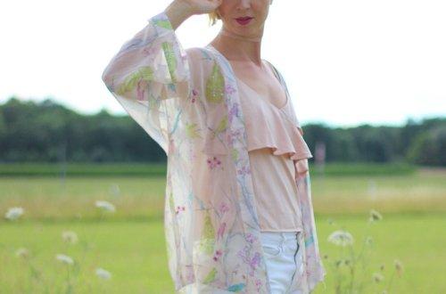 weiße Shorts mit Kimono, Wedges, Sommerlook, rose und pink