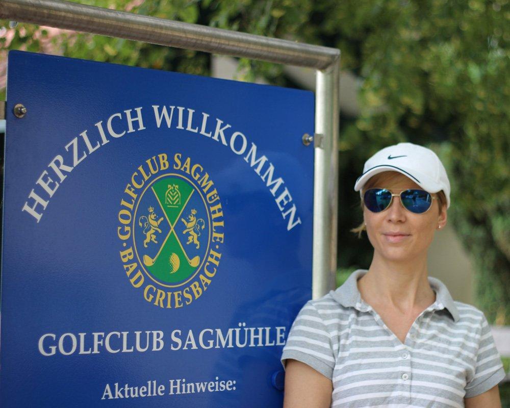 Golfclub Sagmühle, Conny Doll spielt Golf, Eingang, Club