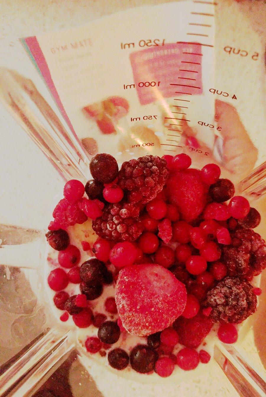 blendies von Hummingbird, Smoothie, Healthy, Gesund, Obst, Gemüse, gesunde Ernährung, Protein rot, Rezeptheft, Beeren im Mixer