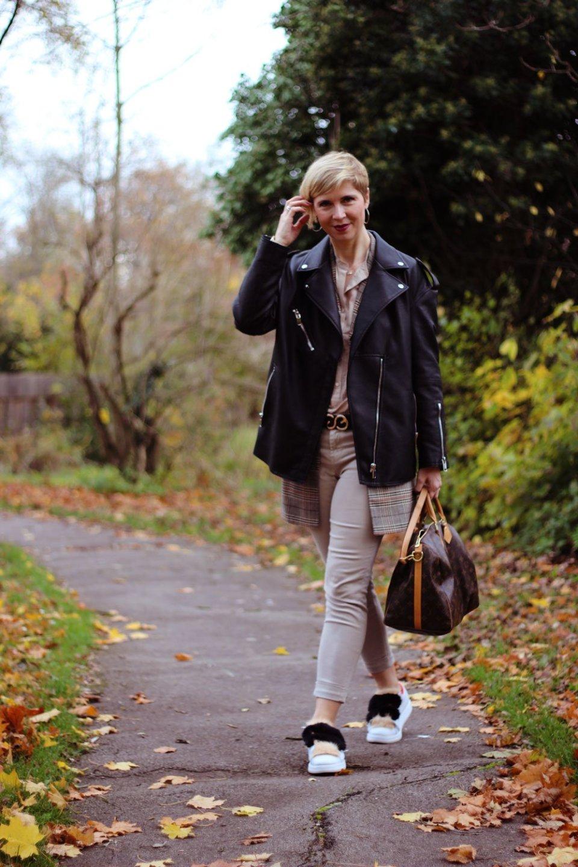 Dieses Bild gehört zu einem Blog-Beitrag über Bildschirmzeit bei Kindern, weil die Mutter trotz der Erziehungsthemen sich auch für Mode interessiert. Deshalb trage ich einen Long-Blazer mit Glencheckmuster , eine Bikerjacke und Sneaker mit Fell.