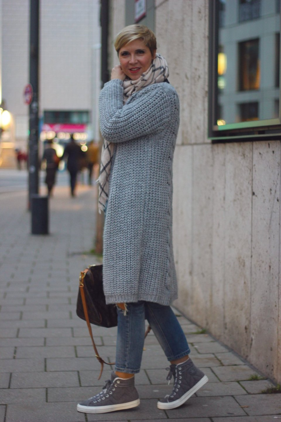 Lagen-Look, destroyed Denim, Long-Cardigan, Lederjacke, Schal, Winterlook