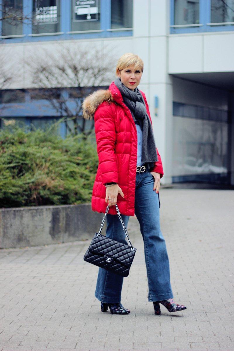 Conny Doll Lifestyle: flared leg Jeans, Bluse, Blusenärmel mit Perlen, Blau, Cardigan, Stiefeletten, Daunenmantel, rot, Artikel über Sprachsteuerung