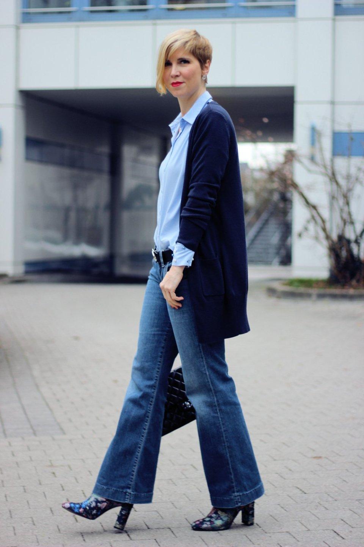 Conny Doll Lifestyle: flared leg Jeans, Bluse, Blusenärmel mit Perlen, Blau, Cardigan, Stiefeletten