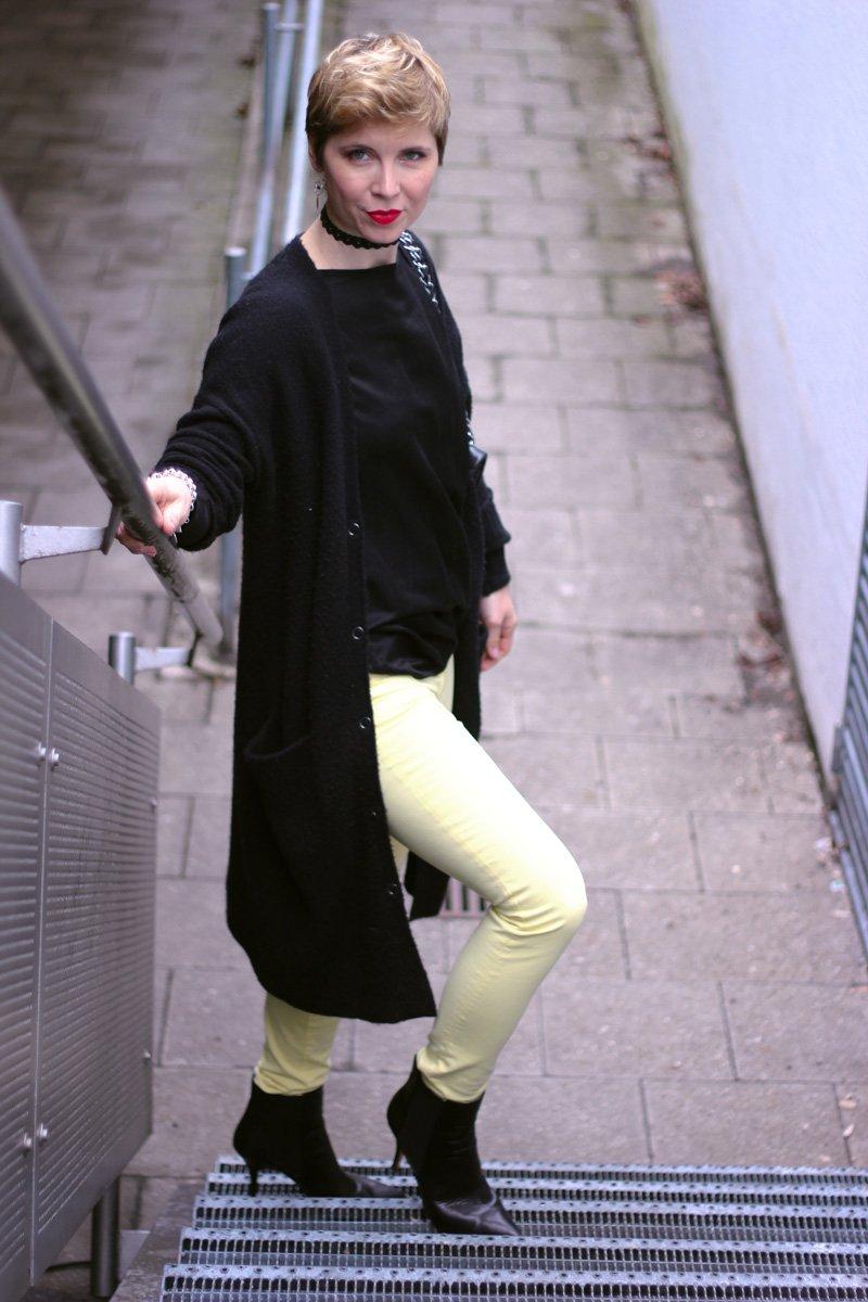 Conny Doll Lifestyle: gelb und schwarz, Styling, Cardigan, Shirt, Stiefeletten, Stylingtipps, Gewinnerin Bobbi Brown,