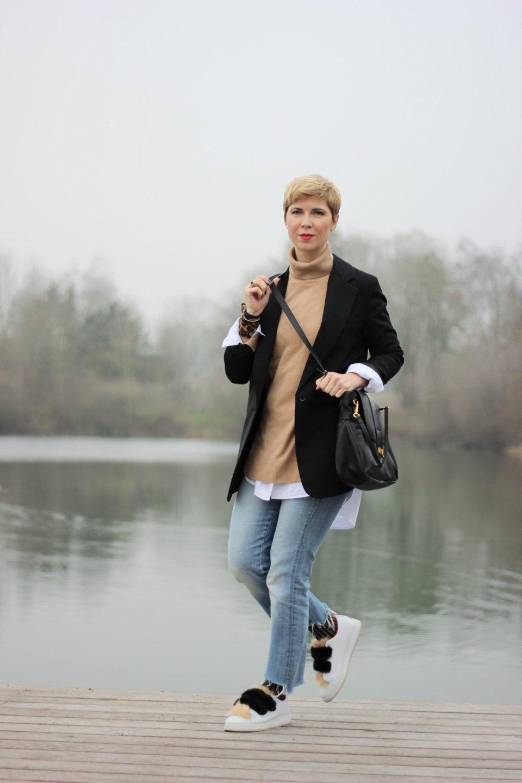 Conny Doll Lifestyle: Layering, Übergangswetter, Outfit für den Übergang, Longbluse, Rollkragenpuller, Longblazer, Fakefur Sneaker