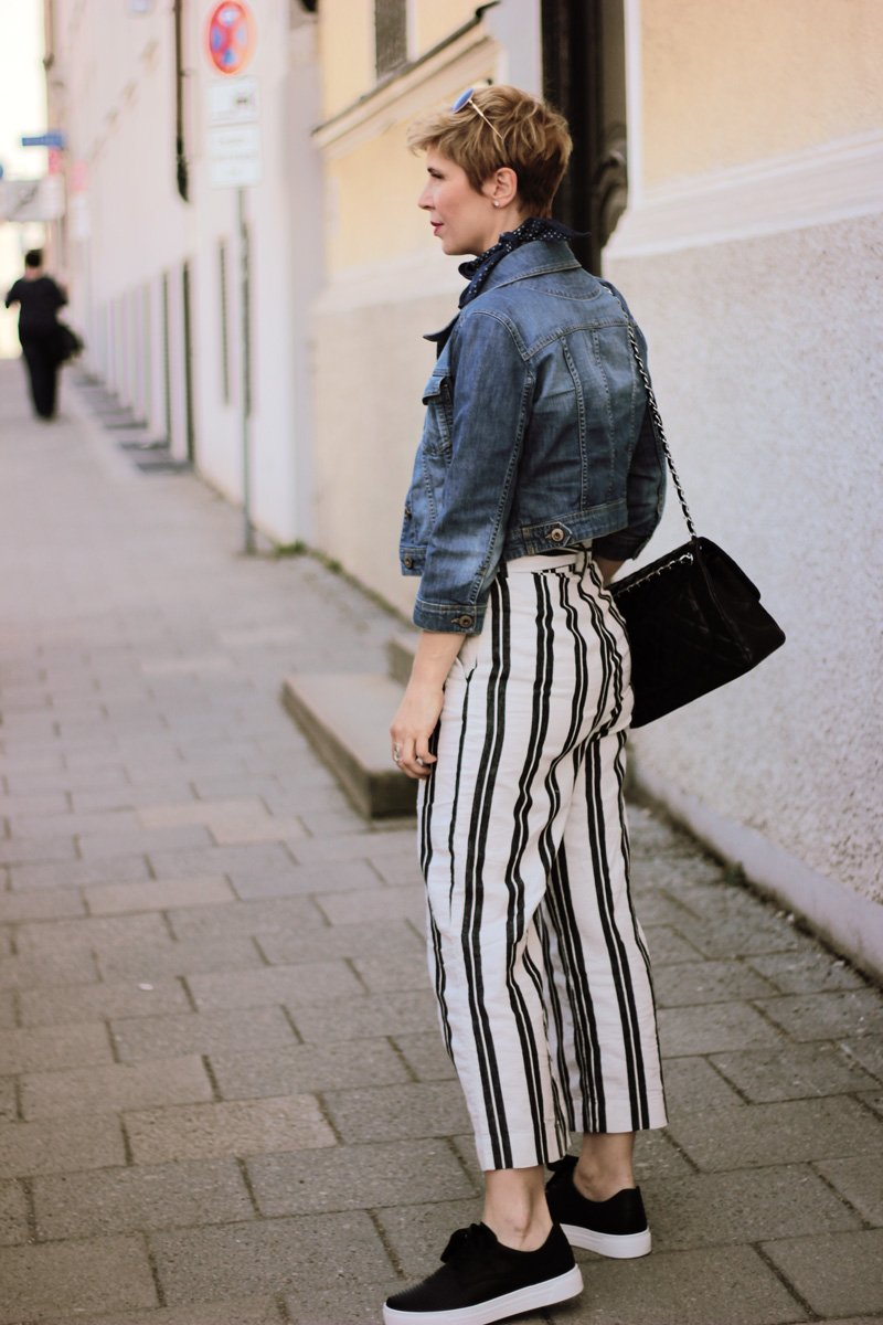Conny Doll Lifestyle: Paperbaghose aus Leinen, schwarz-weiß, Blogpost übers Minifahren, Jeansjacke, T-Shirt, Plateau Schnürer