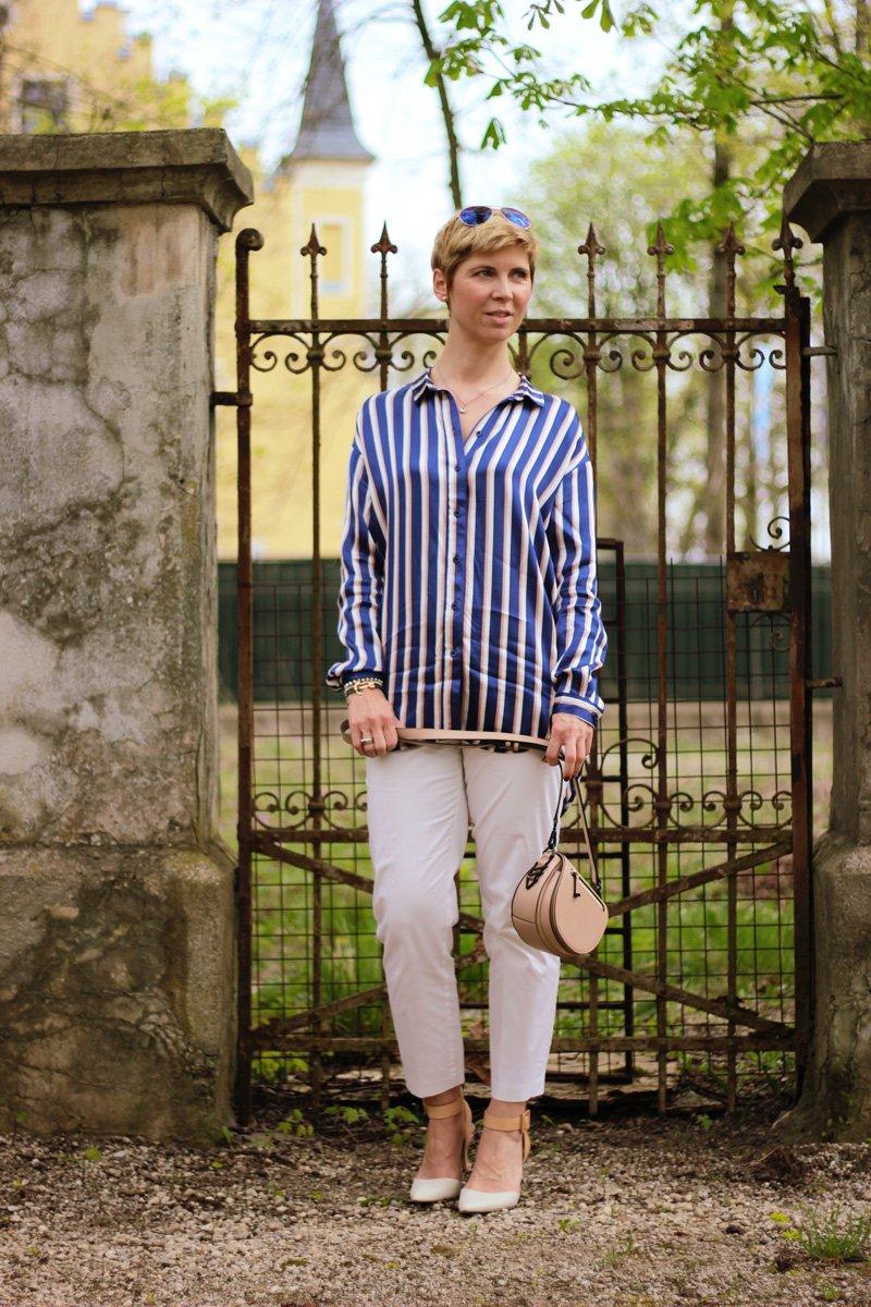 Conny-Doll-Lifestyle: Hommage an die Freude, Pyjama-Look, Streifenbluse. weiße Hose, Slingback-Pumps, sportliche-elegantv