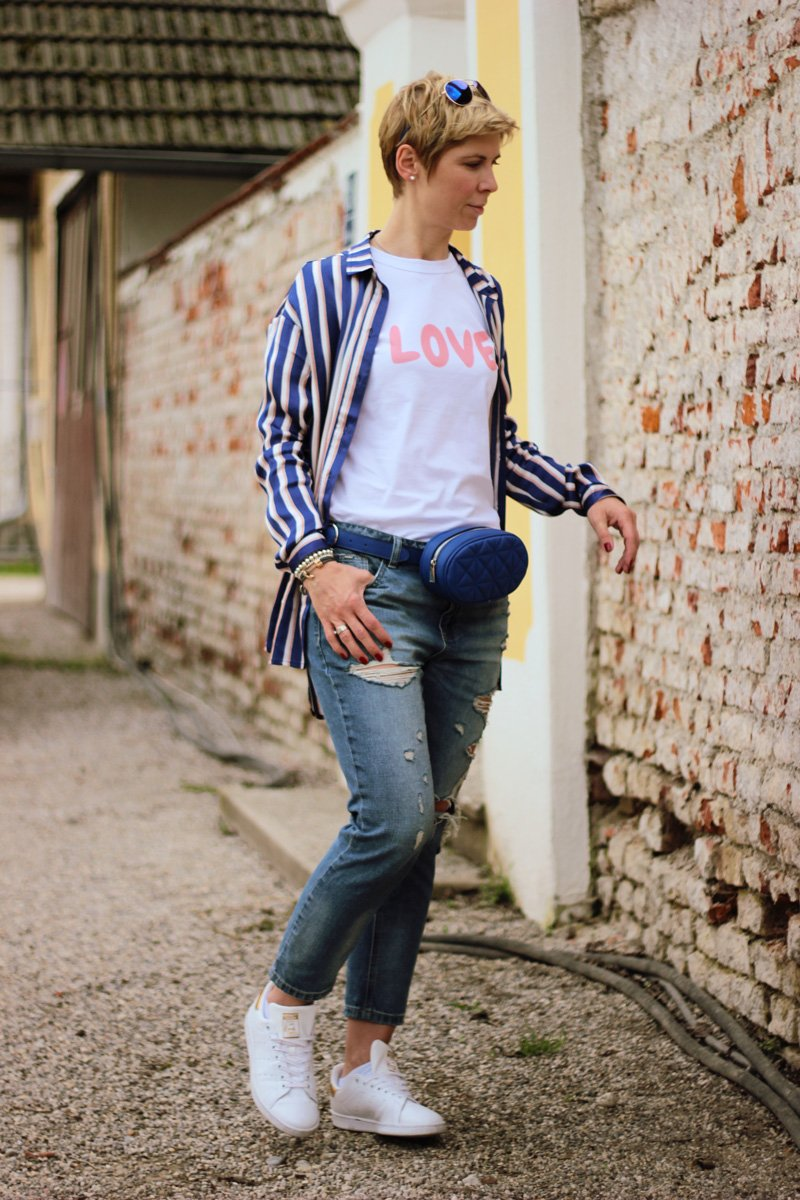 Conny-Doll-Lifestyle: Bluse im Pyjama-Look, destroyed Denim, kaputte Jeans, love-Shirt, Sneaker,