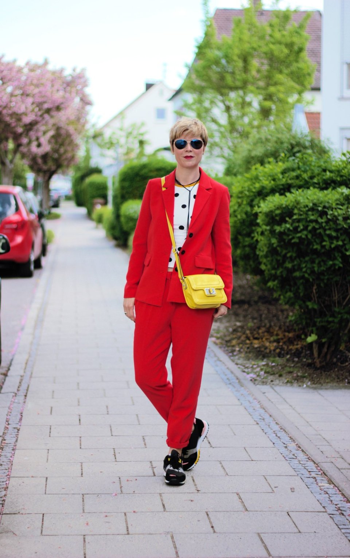 Conny-Doll-Lifestyle: roter Anzug, Punkteshirt, Sneaker, Story über mein Englisch