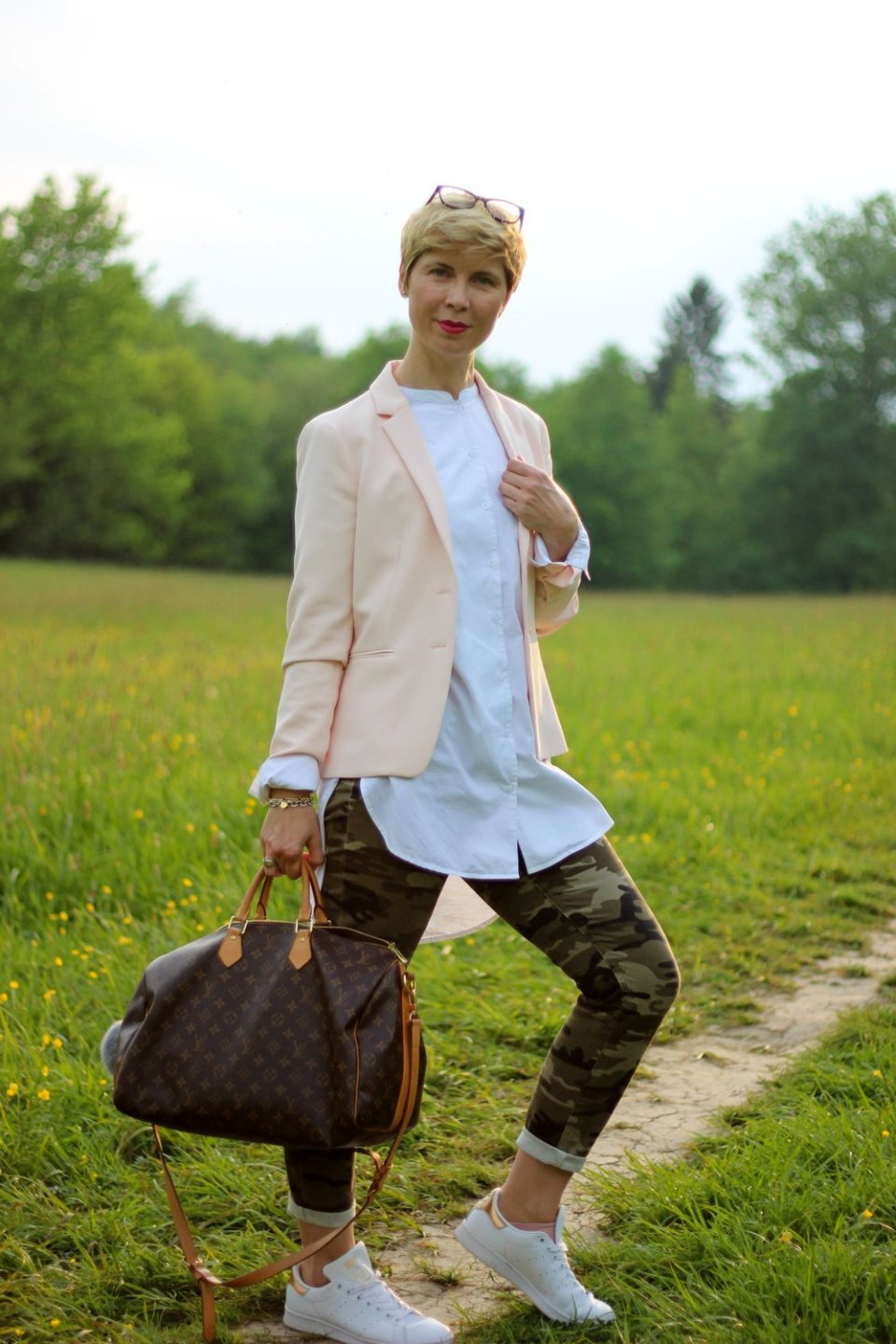 Conny Doll Lifestyle: Basics, Camouflage und Rosa, casual, easy-chic, business-casual, long-bluse, blazer