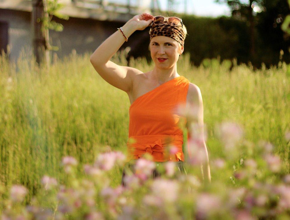 Conny Doll Lifestyle: One-Shoulder-Wickeltop, Palazzohose, Orange, Sommerlook, Bandana,