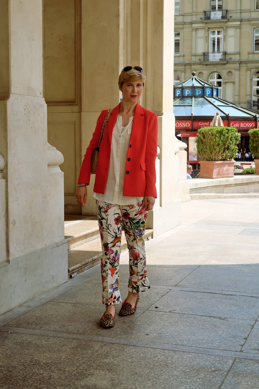 Conny Doll Lifestyle: Blumenhose, Mustermix, Leoschuhe, roter Blazer, Loafer,