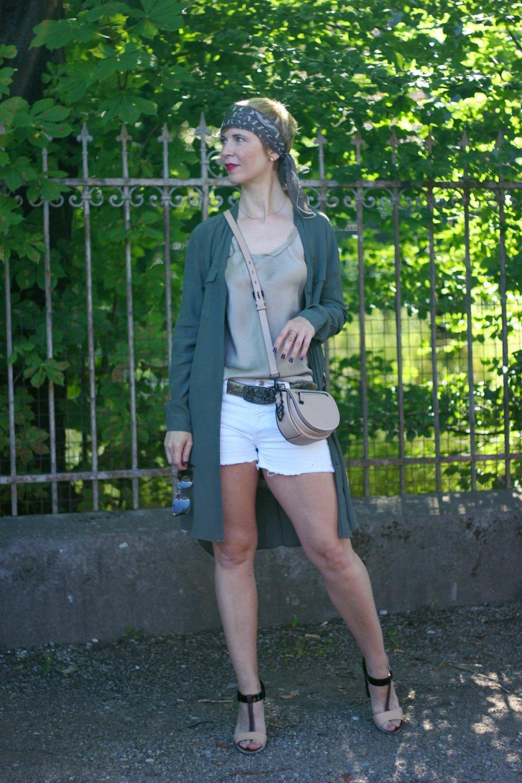 Conny-Doll-Lifestyle: Longbluse, Shorts, Seidentop, Sommerlook, Sandalen, Bandana,
