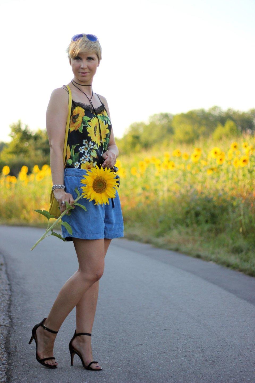 Conny-Doll-lifestyle: Shorts, Seidentop mit Sonnenblumenprint, Sandalen, Sommerlook