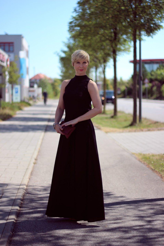 conny-doll-lifestyle: Ein Abendkleid von einem nachhaltigen Fashionlabel - tiefer Rückenausschnitt und der Klebe-BH