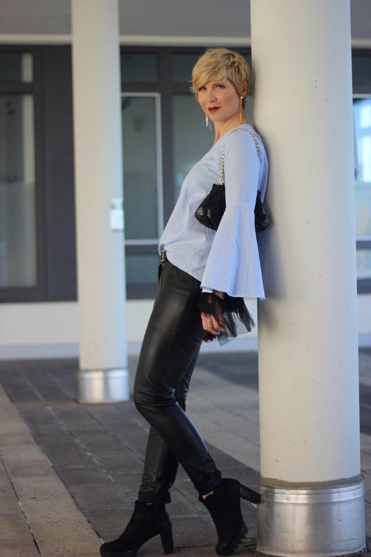 conny-doll-lifestyle: Pimp my Outfit - transparente Tüllbluse mit Statementärmeln, Lederhose, Goldschmuck, Abendlook, casualchic