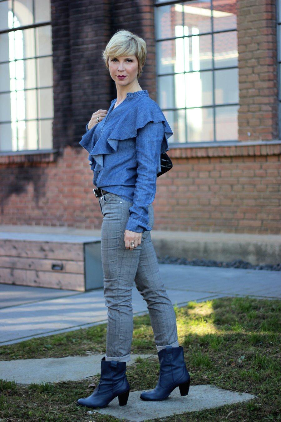conny doll lifestyle: Unterwegs in Sachen Beauty - Karo meets Rüschen, Toni Fashion, Cowboystiefel, Rüschenbluse, casual Styling