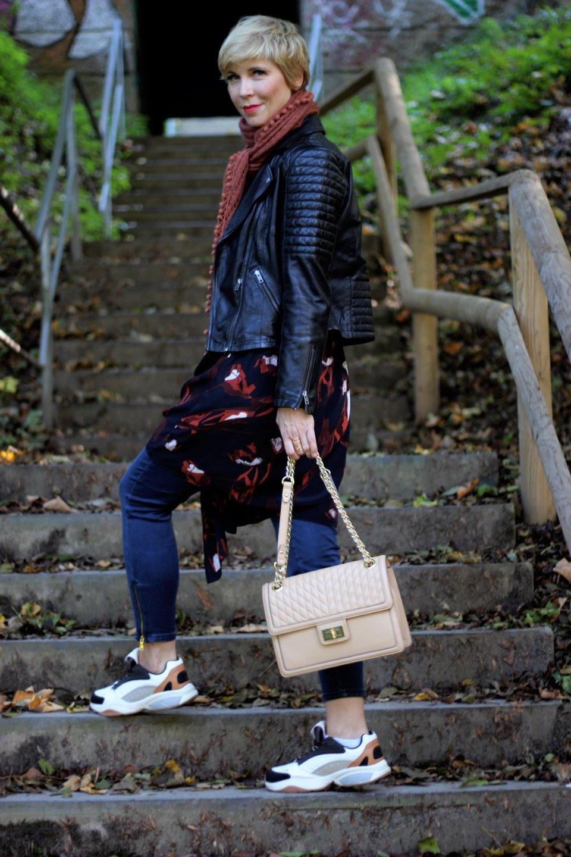 conny doll lifestyle: Das große Vergessen und Wickelkleid in Herbstfarben, orange, blau, Schumacher, Lederjacke, Amy Vermont
