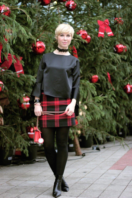 conny doll lifestyle: Welches Weihnachtsoutfit? Karomini und Seidenbluse, schwarz-rot, weihnachten 2018, festlicher look, Stiefeletten, Wintertime