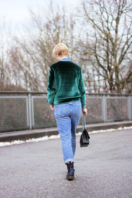 conny doll lifestyle: gruener Samt, Denim, casual fridaylook, jeanshemd, beitrag über weihnachtsmarkt in münchen