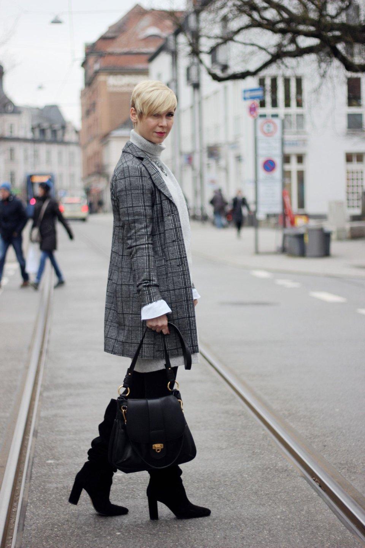 conny doll lifestyle: Mit Schnee ist alles langsam und irgendwie kurios - mit Strickkleid, Gehrock, Stiefel, grau, Bluse, Lagenlook