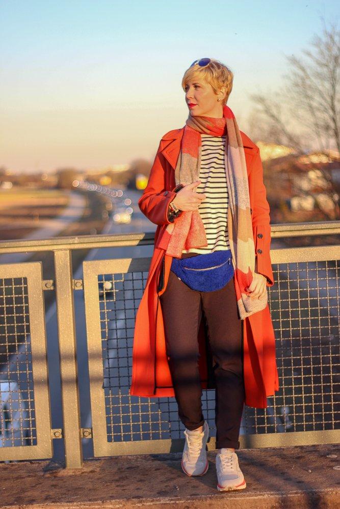 conny doll lifestyle: Farbenfroher Frühlingslook - ein Papagei unter Amseln, Sonne, warm, bunt, Streifen, Gürteltasche, Schal, orange, blau, Frühlingstag, Sneaker,