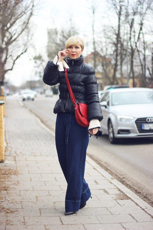 conny doll lifestyle: Was ist eigentlich noch Richtig oder Falsch? Highwaistjeans und Kurzpullover mit Statementärmeln, Stehkragen, Winterlook 2018, Münchenblogger, Fashionblogger, 40plus, rote Tasche