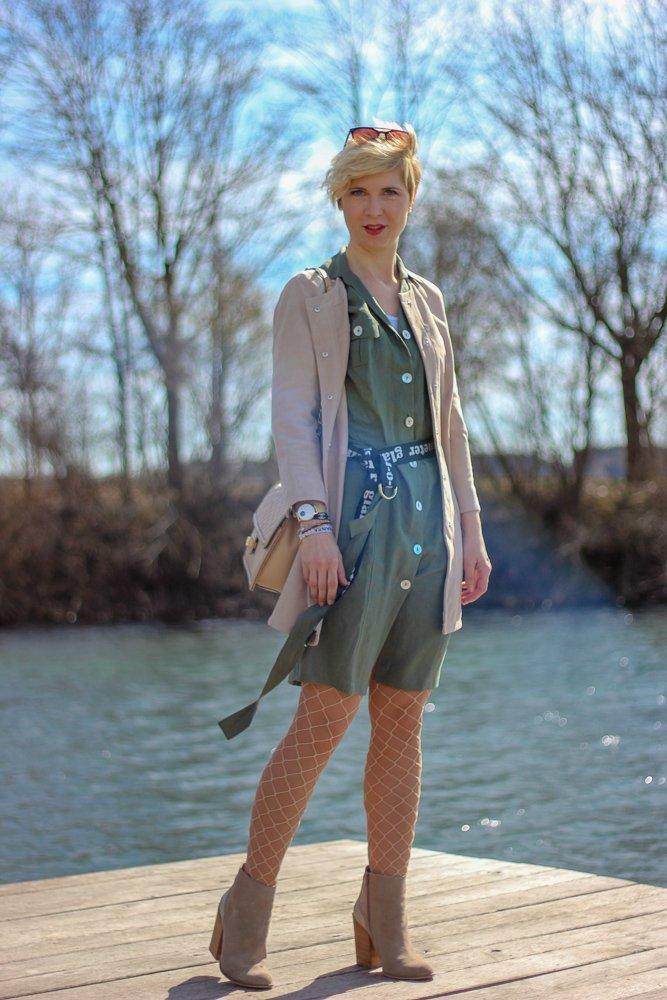 conny doll lifestyle: Frühlingslook, lange Velourslederjacke, Netzstrumpfhose, Leinenkleid, Amy Vermont, Booties, Cowboyboots, Gürtel,