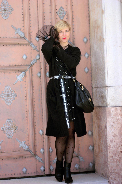 conny doll lifestyle: Wie verdiene ich Geld mit einem Blog? Lagenlook in schwarz-weiß, Punktekleid, Cardigan, roter Mantel, Bloggerkram, Seidenstrumpfhose, Glam-o-meter-Gürtel