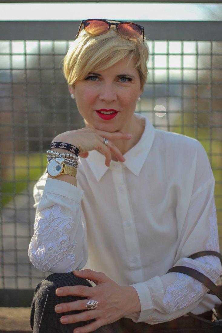 conny doll lifestyle: Der Look: weite Hose mit Bluse, weiß, schwarz, sneaker, casual
