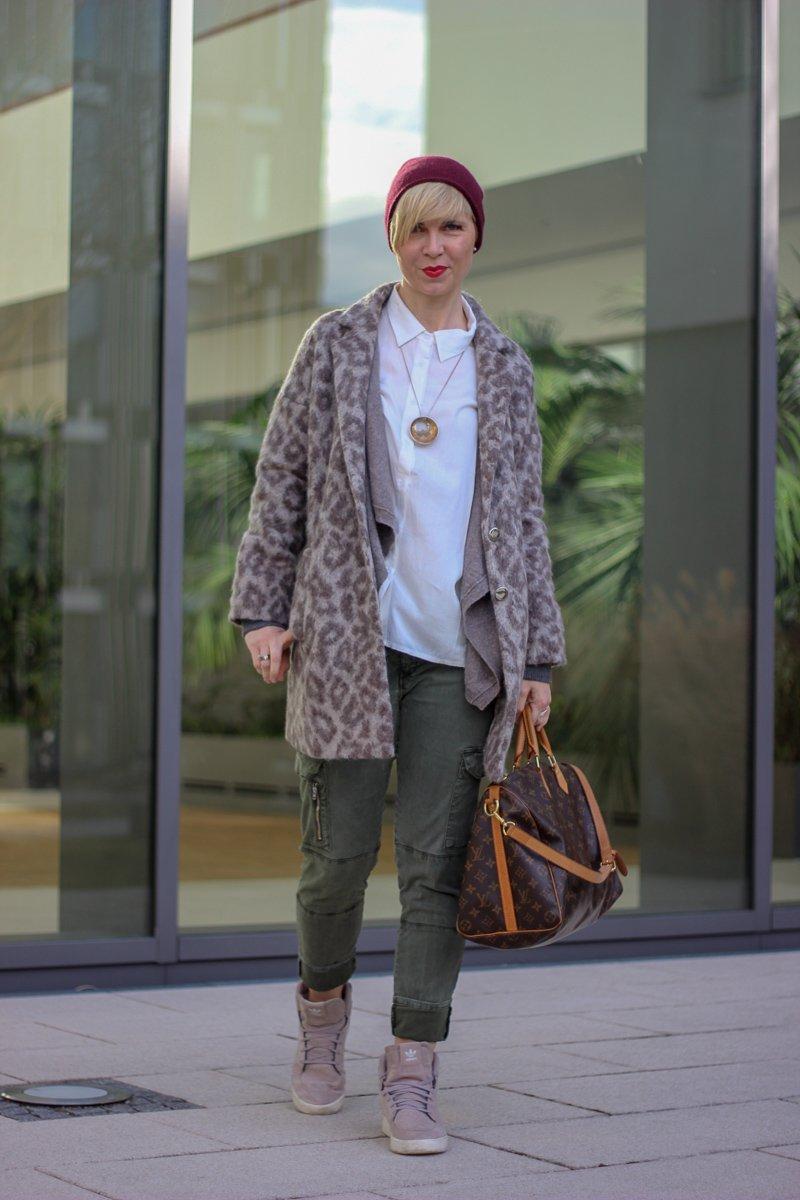 conny doll lifestyle: Von Textnachrichten und Jugendsprech- ein casual friday style mit cargohose, Bluse, Sneaker, Leomantel, Cardigan, Strickjacke