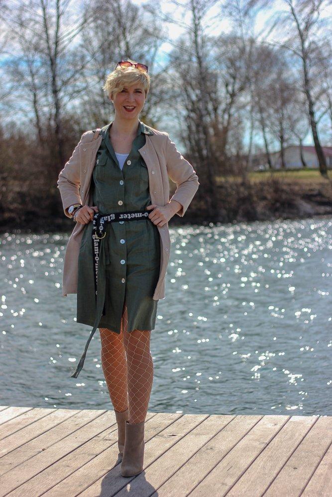 conny doll lifestyle: In den LENZ mit WENZ - Frühlingslook im Utility-Style, lange Velourslederjacke, Netzstrumpfhose, Leinenkleid, Amy Vermont, Booties, Cowboyboots, Gürtel,
