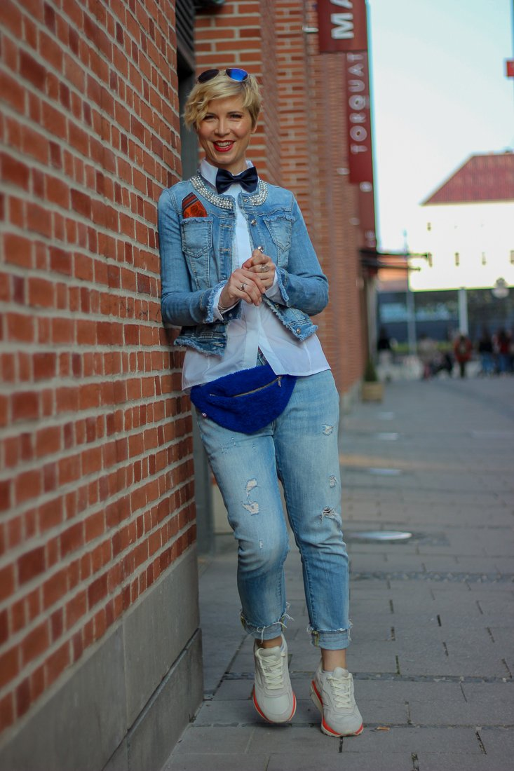 conny doll lifestyle: Denimlook, Herrenaccessoires, Fliege, Einstecktuch, Sneaker, Gürteltasche