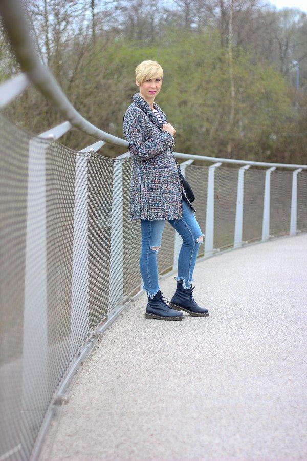 conny doll lifestyle: eleganter Longblazer casual gestylt, Chanelstil, used denim, streifenshirt, DocMartens, Frühlingslook