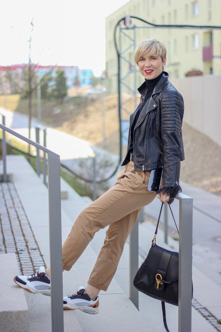 conny doll lifestyle: Beitrag über Hafermilch, Milchersatzprodukte, casual Übergangsoutfit mit Chino und Sneaker