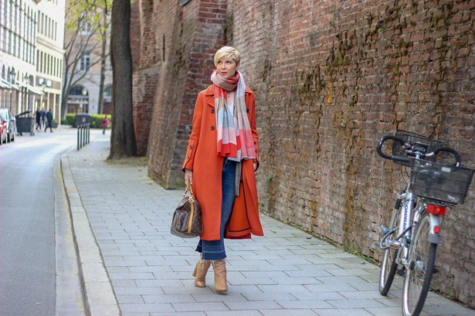 conny doll lifestyle: Shopping-Event im sego-Store und Übergangslook, Stiefel, Mantel, Karoblazer, Denim,