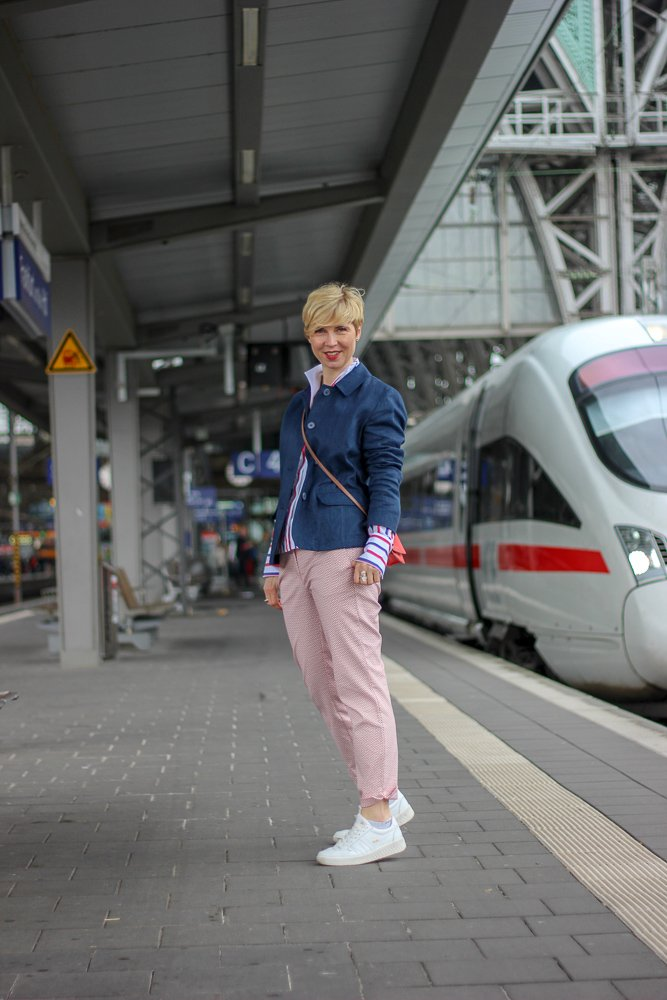 conny doll lifestyle: THE BRITISH SHOP - Wochendtrip nach Mainhatten, britische Mode, 7/8-Hose, Mustermix, Leinenblazer, Bluse, Kelchkragen, Sneaker, easy-chic